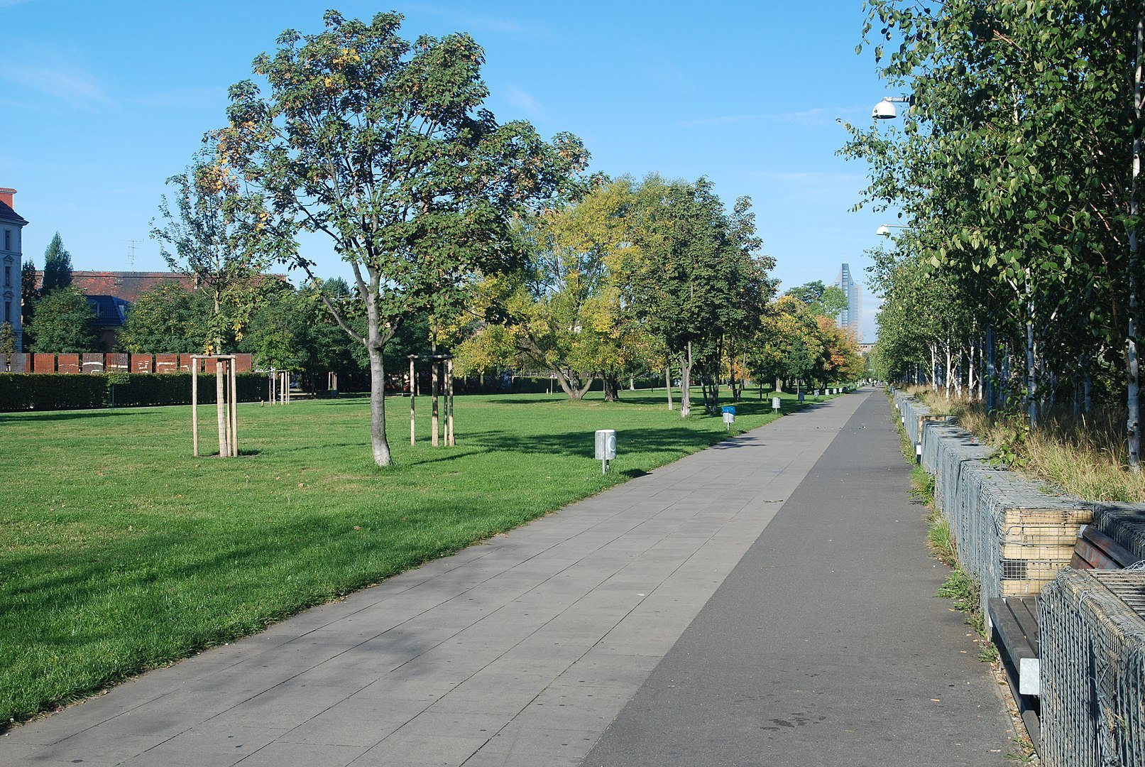 Der Lene-Voigt-Park ist Teil des Parkbogen Ost (By Prolineserver - Own work, CC BY-SA 3.0, https://commons.wikimedia.org/w/index.php?curid=2852051)